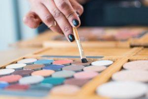 A l'aide de palettes de maquillage, Soumaya sublimera votre visage durant le focus maquillage