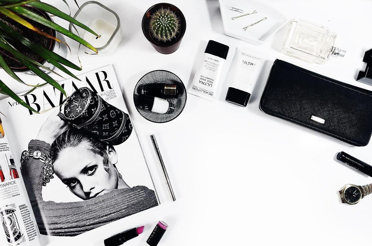 Magazines, pinceaux de maquillage, produits de beauté, ... pour un conseil en image complet avec Question d'Allure